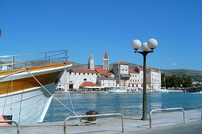 800px-Chorwacja,_widok_na_Trogir_z_wyspy_Ciovo